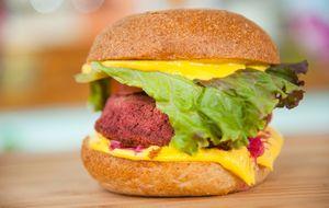 Hambúrguer de feijão com beterraba e cheddar vegano