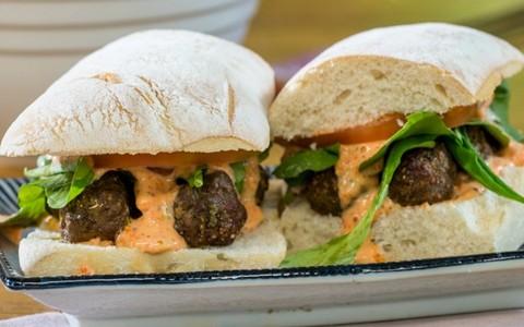 Sanduíche de mini almôndega e rúcula, com molho de pimentão