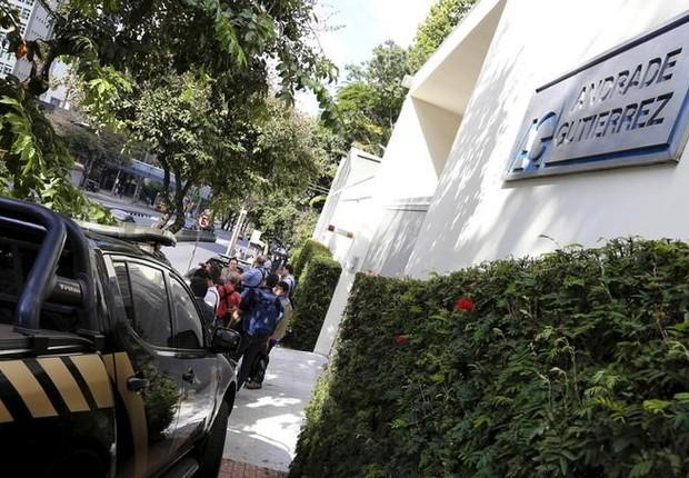Viatura da Polícia Federal é vista em frente à sede da construtora Andrade Gutierrez em Belo Horizonte (Foto: Washington Alves/Reuters)