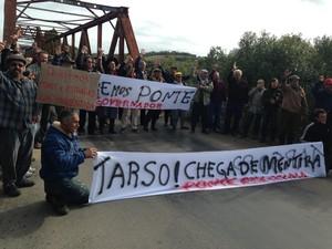 Manifestação pede melhorias na ponte e duplicação de rodovia em Piratini (Foto: Luize Baini/RBS TV)