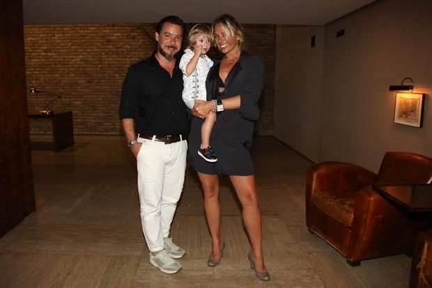 Adriane Galisteu com o filho, Vittorio, e o marido, Alexandre Iódice em restaurante em São Paulo (Foto: Manuela Scarpa/ Foto Rio News)