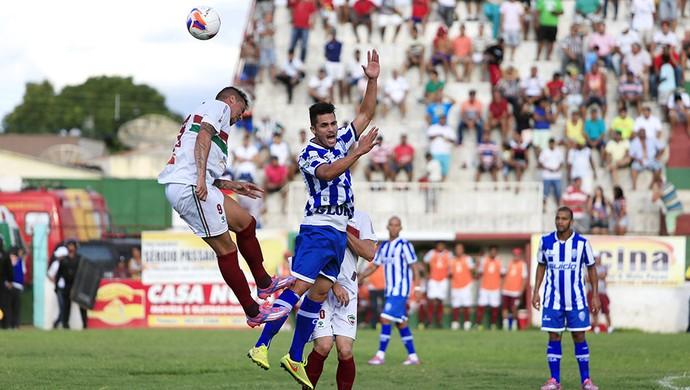 Luiz Paulo e Elyeser brigam pela bola (Foto: Ailton Cruz/Gazeta de Alagoas)