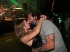 Henri Castelli faz a temperatura subir com a namorada em show na Bahia