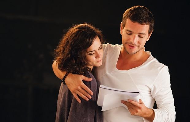 MULTIUSO Alice Braga e Daniel de Oliveira  em cena de Latitudes. O mesmo produto em várias plataformas (Foto: Divulgação)