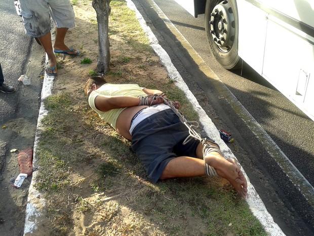 Suspeito de assalto foi amarrado em meio ao canteiro central da Avenida Abel Cabral, no bairro de Nova Parnamirim (Foto: Anderson Barbosa/G1)