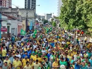 Manifestantes percorreram ruas no Centro de Campina Grande (Foto: Artur Lira/G1)