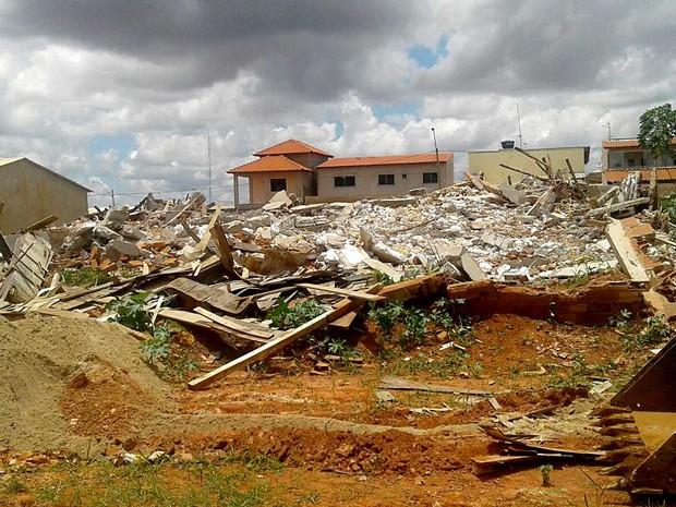 Escombros de construções após derrubada da Agefis no condomínio Cooperville, em Taguatinga, no DF (Foto: Jéssica Simabuku/G1)