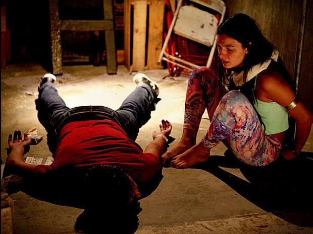 Suelen fica pasma com o estado de Roni (Foto: Avenida Brasil / TV Globo)