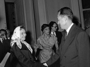A atriz francesa Madeleine Renaud cumprimenta Albert Camus após o autor ser nomeado ganhador do Nobel de literatura, em outubro de 1957 (Foto: Stringer/AFP)