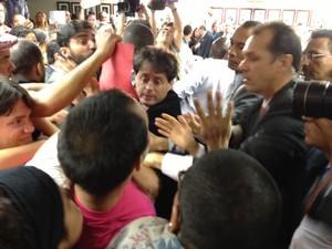 Manifestantes pedem saída de Marco Feliciano da presidência da Comissão de Direitos Humanos (Foto: Fabiano Costa/G1)