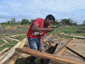 Autônomo José Pacheco aproveitou para recolher madeira de área invadida (Foto: Abinoan Santiago/G1)