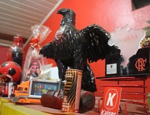 Lindomar guarda todos os presentes do Flamengo que ganha dos clientes (Foto: Hugo Crippa)