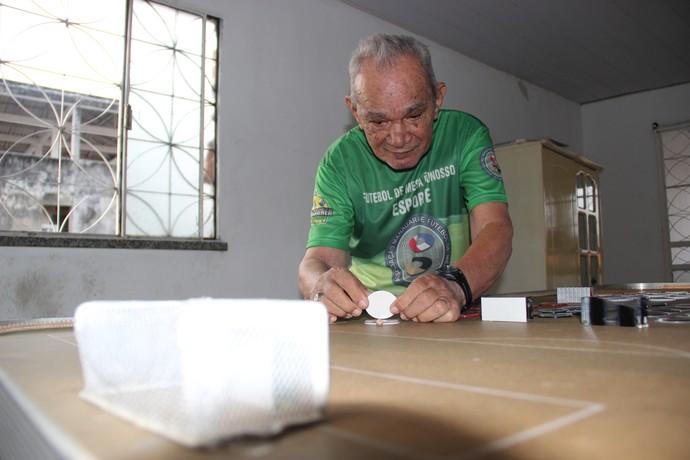 Seu Pedro se descobriu botonista 15 anos após parar de jogar futebol (Foto: Marcos Dantas)