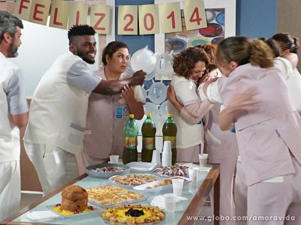 Todos festejam o Ano Novo, mas Perséfone está super sem graça (Foto: Amor à Vida/TV Globo)
