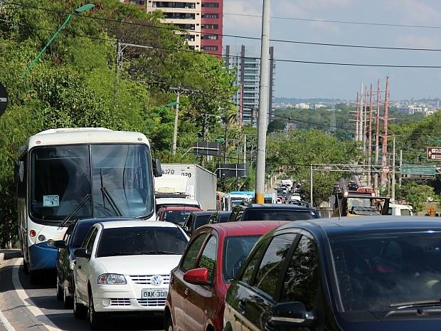 Avenida Ephigênio Sales ficou congestionada por conta da interdição do viaduto do Coroado (Foto: Marcos Dantas/G1 AM)