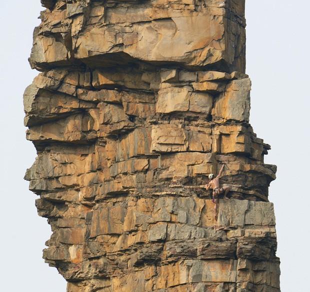 Homem realizou feito para se tornar o primeiro escalador nu da China (Foto: Stringer/Reuters)