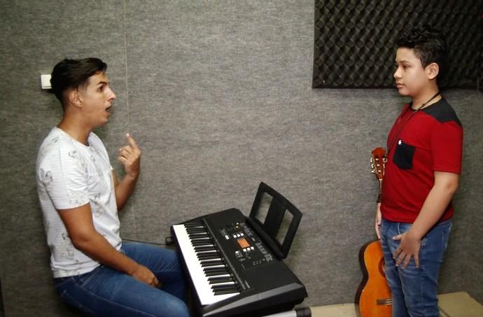 Professor ensina técnicas de canto para Roberto Matheus. (Foto: Haroldo Braga / Se Liga VM)