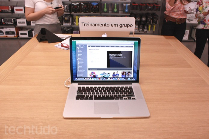 Treinamento em grupo na Apple Store (Foto: Allan Melo / TechTudo)