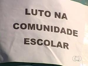 Cartaz em colégio onde estudantes mortos estudavam, em Aparecida de Goiânia (Foto: Reprodução/TV Anhanguera)