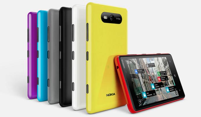 Lumia 820: várias capinhas coloridas e especificações de top (Foto: Divulgação)