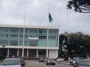No Palácio Iguaçu, no Centro Cívico, a bandeira do Brasil chegou a ser arrancada com a força dos ventos. A informação foi confirmada pela assessoria de imprensa (Foto: Cristina Graeml / RPC )