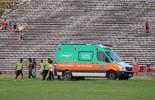 Ambulância atola no campo, e gandula dá uma forcinha: vídeo (Abdias Bideh/GloboEsporte.com)