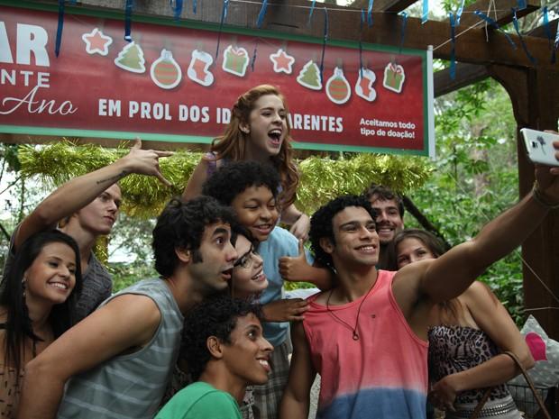 Elenco se diverte em gravação de cena com selfie (Foto: Carol Caminha / Gshow)