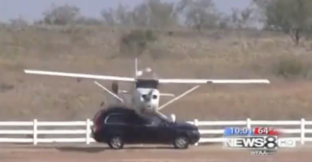 Vídeo mostra o momento em que avião bate em caminhonete que passava por rua ao lado do aeroporto (Foto: Reprodução)