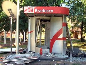 Grupo invadiu usina e explodiu caixa eletrônico em Sertãozinho, SP (Foto: Alexandre Sá/ EPTV)