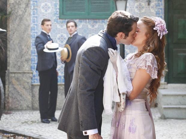 Teodoro não consegue se segurar e beija Alice na rua (Foto: Lado a Lado / TV Globo)