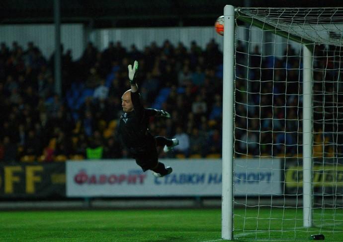 Goleiro pula, mas não alcança bola de cobrança de falta de Anderson Pico pelo Dnipro (Foto: Reprodução Facebook Dnipro)