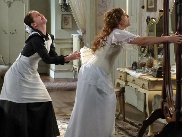 A noiva aperta demais o vestido (Foto: Lado a Lado/TV Globo)