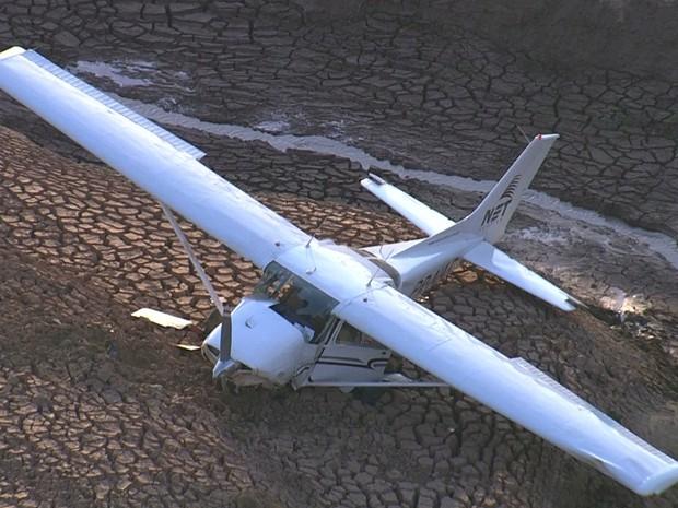 Avião de pequeno porte faz pouso forçado em Juatuba, na Grande BH (Foto: Reprodução / TV Globo)