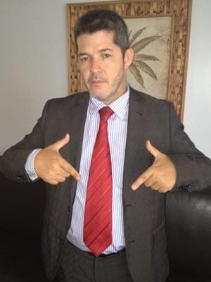 Deputado federal eleito posa e faz símbolo com as mãos: 'Minha marca' (Foto: Fernanda Borges/G1)