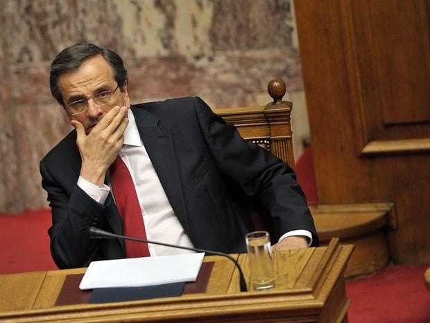 Primeiro-ministro grego Antonis Samaras no parlamento em Atenas no sábado (8), antes de receber o voto de confiança (Foto: AFP)