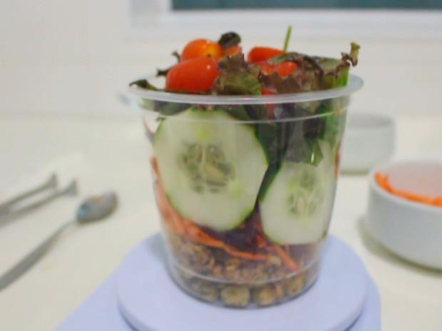 Salada no pote pode ser levada para o escritório ou escola (Foto: Isabela Oliveira/G1)