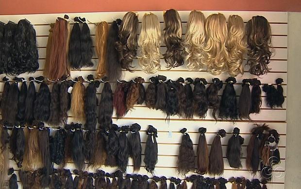 Perucas com fios de cabelo humano são as preferidas na hora da compra (Foto: Amazonas TV)