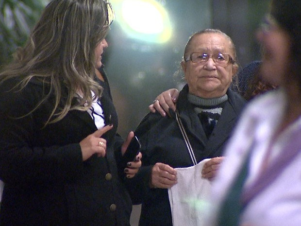 A mãe de Selma, Zenith Artigas (esquerda), deixou o Fórum acompanhada da filha e da advogada (Foto: Chico Escolano/EPTV)