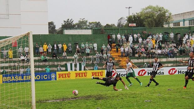 Atacante Rodrigo Gral marca com a camisa da Chapecoense e quer fazer mais gols em 2013 (Foto: Divulgação / Aguante Comunicação)