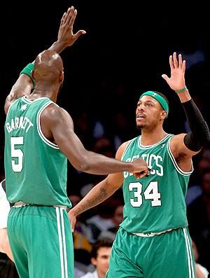 Kevin Garnett e Paul Pierce na partida do Boston da NBA (Foto: Getty Images)