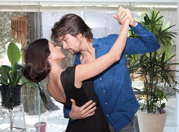 O casal deixa a paixão transparecer na dança (Foto: Carol Caminha / Gshow)