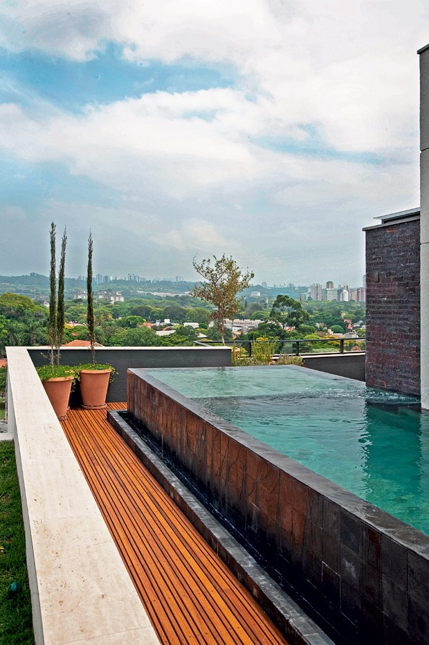 Piscina | A piscina projetada pelo paisagista Gilberto Elkis tem interior revestido de pedra Hijau, da Palimanan. Na parte externa, pedras Hitam (Foto: Célia Weiss/Editora Globo)