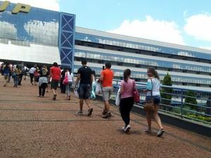 Candidatos são liberados para entrar no prédido da Unip de Araraquara (Foto: Stefhanie Piovezan/G1)