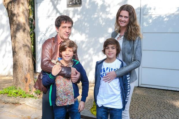 Ricardo Almeida com os filhos e a mulher, Daiane Meurer (Foto: Manuela Scarpa/Brazil News)