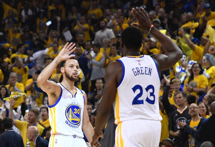 Stephen Curry e Draymmond Green comemoram durante a vitória do Golden State Warriors (Foto: Reuters/Kyle Terada-USA TODAY Sports)