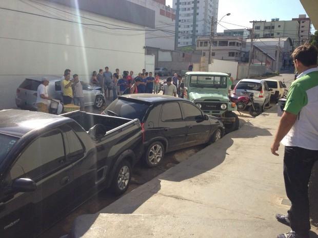 Caminhonete desgovernada bate em 5 veículos estacionados no Espírito Santo (Foto: Leide Laura Fundcheller/ VC no ESTV)