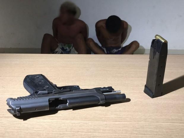 Suspeitos foram encaminhados para Central de Polícia com pistola roubada de policial (Foto: Walter Paparazzo/G1)