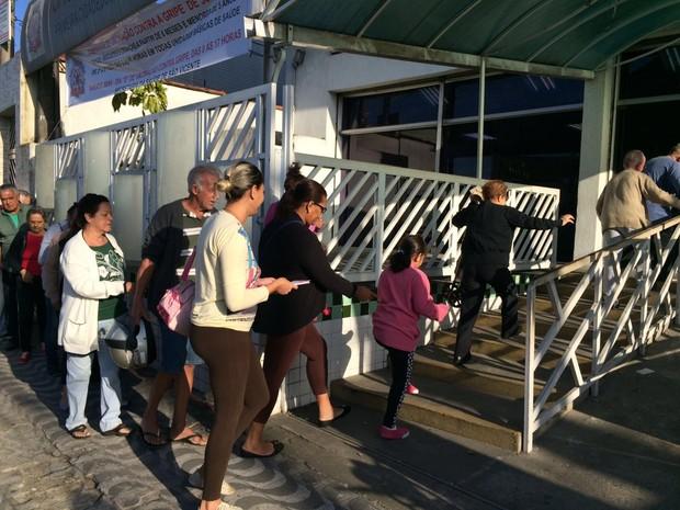 Moradores fazem fila para tomar a vacina em São Vicente (Foto: Solange Freitas/TV Tribuna)