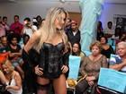Ex-BBB Flávia Viana desfila de lingerie em São Paulo