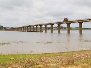 Ponte no Pontalete: rios se uniram novamente após chuvas de novembro (Foto: Reprodução EPTV)